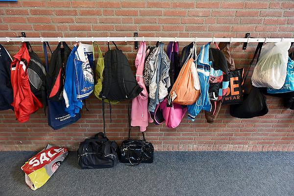 Nederland, Oostrum, 13-8-2013In een basisschool hangen jassen en tassen van leerlingen.Foto: Flip Franssen/Hollandse Hoogte