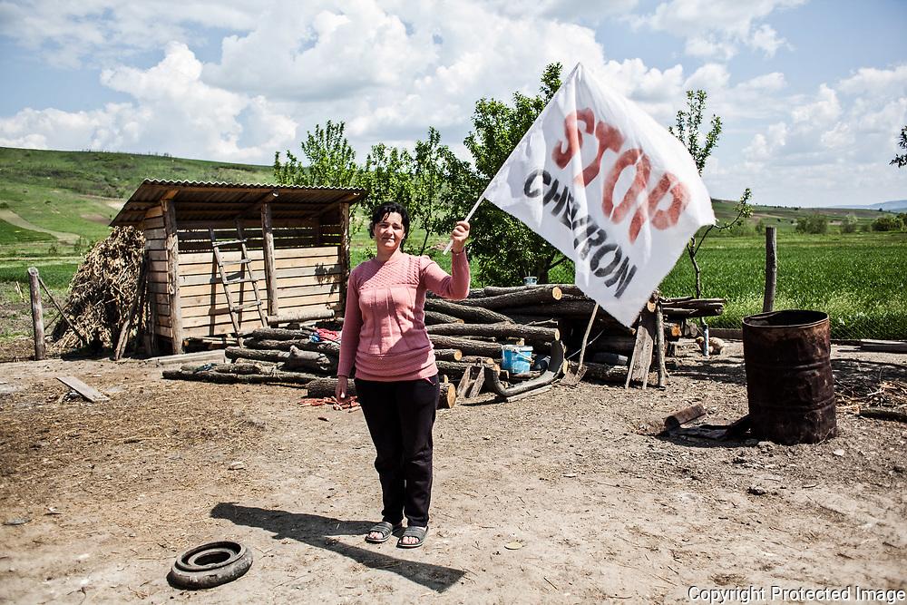 Pungesti VS Chevron<br /> A l'heure où l'exploration du gaz de schiste ne cesse de susciter des débats en France et ailleurs, un étonnant conflit oppose un petit village roumain et un géant pétrolier américain : c'est Pungesti VS Chevron. Ou la métaphore de David contre Goliath qui se joue dans l'une des régions les plus pauvres de Roumanie (la Moldavie) où l'agriculture est la source de subsistance principale de la population. LILIANA SAVA, 40 ans, agricultrice, vit avec son mari et ses enfants à Pungesti. <br /> Ils vivent dans le village de Pungesti depuis 4 ans. Sone mari a travaillé en Espagne pendant 4 ans dans l'industrie auto pour pouvoir construire la maison. Aujourd'hui, il est agriculteur, il possède un champ de plusieurs hectares : blé, vin, mais, orge. Elle a peur car il y a une omerta sur l'information et sur les conséquences de la fracturation des sols au niveau sanitaire. « L'intimidation de la police est insupportable, on est sous contrôle de tous nos faits et gestes. La terreur est sur la chaussée, Chevron a pris notre vie en otage, j'ai peur pour l'avenir de mes enfants. »