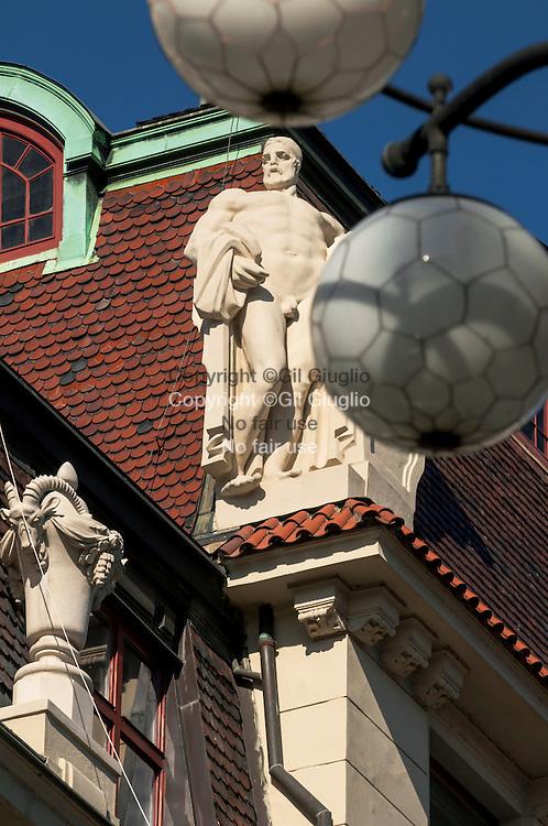 République Tchèque, Prague, Staré Mesto, Praha 1, statue et lamapadaire art nouveau rue Kaprowa// Czech Republic, Prague, Stare Mesto Praha 1,  statue and Art Nouveau street light in Kaprowa street
