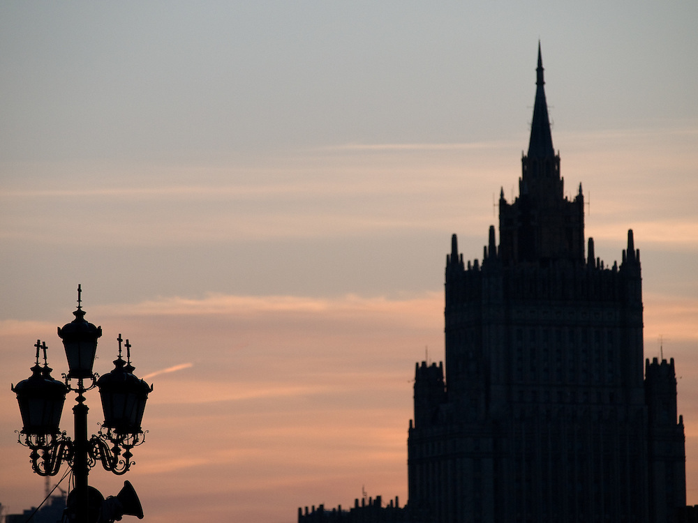 Das Außenministerium der Russischen Föderation ist das Außenministerium Russlands und eines der 16 Ministerien der Regierung der Russischen Föderation. Es ist unmittelbar dem Präsidenten untergeordnet.<br /> <br /> Ministry of Foreign Affairs of of the Russian Federation is the central government institution charged with leading the foreign affairs of Russia. View from  a bridge across the Moskva River.