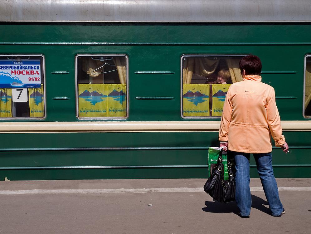Reisende auf einem Bahnsteig des Kasaner Bahnhofs (Kasanski woksal) welcher einer der neun Bahnhöfe in Moskau ist. Er liegt am Komsomolskaja-Platz, in unmittelbarer Nähe zum Jaroslawler und dem Leningrader Bahnhof, und ist bis heute einer der größten Bahnhöfe der russischen Hauptstadt.<br /> <br /> Travellers on a plattform of the Kazansky Rail Terminal (Kazansky vokzal) which is one of eight rail terminals in Moscow, situated on the Komsomolskaya Square, across the square from the Leningradsky and Yaroslavsky terminals.