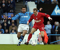 Fotball, 5. desember 2003 , Manchester City v Liverpool, AXA FA Cup, Maine Road, Manchester. <br />Man City's Kevin Horlock og Liverpool's Danny Murphy.<br />Photo. Jed Wee, Digitalsport