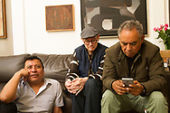 El poeta Francisco Hernández en su casa de la colonia Roma en la Ciudad de México. Con su amigo Mardonio Carballo