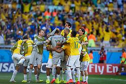 O goleiro Júlio César comemora com seus colegas a vitória do Brasil sobre o Chile, após defender dois pênaltis em partida válida pelas oitavas de final da Copa do Mundo 2014, no Estádio Mineirão, em Belo Horizonte. FOTO: Jefferson Bernardes/ Agência Preview