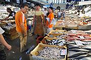 Griekenland, Athene, 5-7-2008Een vishandelaars op de centrale overdekte markt waar vis en vlees verhandeld worden.Foto: Flip Franssen