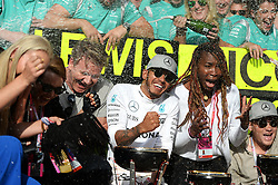 Formel 1: Grosser Preis der USA in Austin, Renntag / 231016<br /> <br /> ***Race winner Lewis Hamilton (GBR) Mercedes AMG F1 celebrates with Lindsey Vonn (USA) Former Alpine Ski Racer; Gordon Ramsey (GBR) Celebrity Chef; Venus Williams (USA) Tennis Player, and the team.<br /> 23.10.2016. Formula 1 World Championship, Rd 18, United States Grand Prix, Austin, Texas, USA, Race Day.<br /> ***