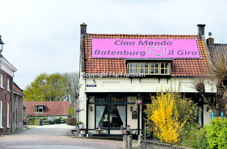 Nederland, Batenburg, 30-4-2016 Voorbereidingen voor de start van de Giro d italia wielerwedstrijd. In de plaatsen, dorpen,  langs het parcours worden versieringen met roze fietsen in lantaarnpalen en andere items gemaakt. The Netherlands, Gelderland is preparing for the start of the Giro d'Italia cycling tour . The first stages will take the cyclists to Nijmegen and Arnhem in the province of Gelderland with dykes and villages in nice countryside  .Foto: Flip Franssen