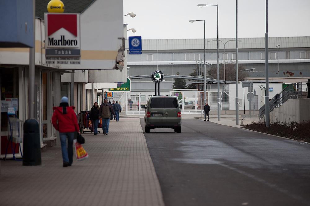 Seiteneingang zu den Skoda Autowerken im Zentrum von Mlada Boleslav. Mlada Boleslav liegt noerdlich von Prag und ist ungefaehr 60 Kilometer von der tschechischen Haupstadt entfernt. Skoda Auto beschäftigt in Tschechien 23.976 Mitarbeiter (Stand 2006), den Grossteil davon in der Zentrale in Mlada Boleslav. Damit sind mehr als 3/4 aller Erwerbstätigen der Stadt in dem Automobilkonzern tätig.<br /> <br />                                        Side entrance to the Skoda factory in the city of Mlada Boleslav. The city is located north of Prague and about 60 km away from the Czech capital. Skoda Auto has about 23.976 employees (2006) in Czech Republic and a big part of them is working in Mlada Boleslav. 3/4 of the working population in Mlada Boleslav is working for the Skoda Auto company.