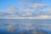 De Zandmotor voor de kust van Ter Heijde en Kijkduin. Het is een een grote kunstmatige zandbank in de vorm van een schiereiland  om het zand langs de Delflandse kust tussen Hoek van Holland en Scheveningen te verspreiden ter versteviging van de kust.    The Sand Motor off the coast of Ter Heijde and Kijkduin. It is a large artificial sandbank in the shape of a peninsula to spread the sand along the Delfland coast between Hoek van Holland and Scheveningen to strengthen the coast.