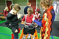 BENNEBROEK - Zaalhockey D meisjes competitie. Nog een heel gedoe om een keeper van AMVJ in het pak te heisen.COPYRIGHT KOEN SUYK