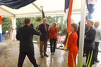 04 JUL 2003, BERLIN/GERMANY:<br /> Daniel R. Coats (M), Botschafter der Vereinigten Staaten von Amerika  in Deutschland, und  Marsha Ann Coats, Ehefrau des Botschafters, begruessen ihre Gaeste, Feier anl. des Unabhaengigkeitstages des Vereinigten Staaten, dem Independence Day, America Academy<br /> IMAGE: 20030704-02-017<br /> KEYWORDS:  4th of July celebration, USA, Handshake, Begrüßung, Gast, Gäste<br /> Unabhängigkeitstag