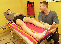 20010926: Muskelterapaut Terje Elvik maserer Marius Bakken på Toppidrettssenteret. (Foto: Andreas Fadum)