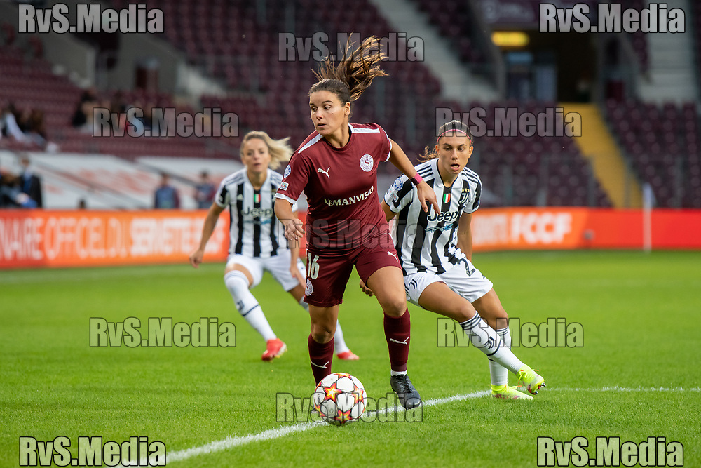 GENEVA, SWITZERLAND - OCTOBER 06:Monica Mendes #16 of Servette FC Chenois feminin carries the ball in front of Agnese Bonfantini #22 of Juventus Women during the UEFA Women's Champions League group A match between Servette FCCF and Juventus at Stade de Geneve on October 6, 2021 in Geneva, Switzerland. (Photo by Basile Barbey/RvS.Media)
