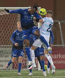 Effiong Nsungusi (HB Køge) og Frederik Juul Christensen (FC Helsingør) under kampen i 1. Division mellem HB Køge og FC Helsingør den 4. december 2020 på Capelli Sport Stadion i Køge (Foto: Claus Birch).