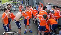 UTRECHT - Nederlands Jongesn B passen nieuwe adidas kleding.. FOTO KOEN SUYK