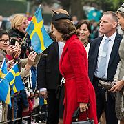 NLD/Weesp/20140404 - Staatsbezoek Koning en Koningin van Zweden, Aankomst Koningin Sylvia en Maxima bij verpleeghuis Hogewey in Weesp