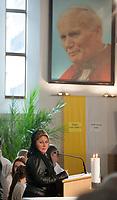 20.05.2014 Bialystok Floribeth Moraz Diaz - cudownie uzdrowiona przez Papieza Jana Pawla II Kostarykanka przyjechala do Polski na zaproszenie ojcow werbistow. Celem jej podrozy jest odwiedzanie miejsc zwiazanych z Janem Pawlem II i dawanie swiadectwa o lasce uzdrowienia. Goscila w Bialymstoku-Kleosinie, wziela tam udzial we mszy sw. oraz spotkala sie w kosciele z wiernymi, gdzie opowiadala o lasce, ktora otrzymala za wstawiennictwem polskiego papieza. Na spotkanie z Kostarykanka przybylo kilkaset osob N/z Floribeth Mora Diaz na spotkaniu w kosciele Werbistow fot Michal Kosc / AGENCJA WSCHOD