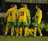 Fotball<br /> England 2004/2005<br /> Foto: SBI/Digitalsport<br /> NORWAY ONLY<br /> <br /> Everton v Norwich City<br /> Barclays Premiership. 02/02/2005. The Norwich City players discuss tactics during a break in play.