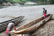 Indígenas emberá / comunidad indígena emberá, Panamá.<br /> <br /> Indígenas construyendo un cayuco.