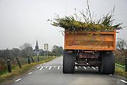 Nederland, Kekerdom, 10-11-2010Een tractor met aanhanger rijdt op de dijk, gezien vanuit  een personenauto. De weg is te smal om hem te passeren.Foto: Flip Franssen/Hollandse Hoogte
