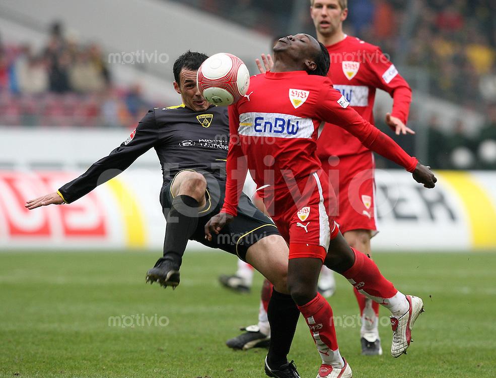 Fussball Bundesliga 27. Bundesliga  VfB Stuttgart - Alemannia Aachen Arthur Boka (VfB,re) gegen Sergio Pinto (A)