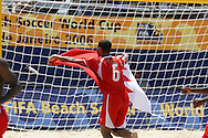 Footbal-FIFA Beach Soccer World Cup 2006 -BHR x NGA - Hassan It loads the flag of its country- Rio de Janeiro, Brazil - 01/11/2006.<br />