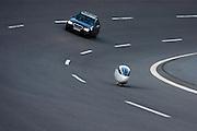Francesco Russo is bezig met zijn recordpoging op de 1uursrace op de Dekrabaan in Duitsland. Op de achtergrond rijdt de auto met de officials. <br /> <br /> Francesco Russo during his attempt to break the world record. Behind him rides the car with the officials