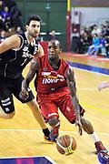 DESCRIZIONE: Casale Monferrato Campionato LNP ADECCO GOLD 2013/2014 Novipiu Casale Monferrato-Aquila Basket Trento<br /> GIOCATORE: Kevin Dillard<br /> CATEGORIA: palleggio penetrazione equilibrio atletica<br /> SQUADRA: Novipiu Casale Monferrato<br /> EVENTO: Campionato LNP ADECCO GOLD 2013/2014<br /> GARA: Novipiu Casale Monferrato-Aquila Basket Trento<br /> DATA: 22/12/2013<br /> SPORT: Pallacanestro <br /> AUTORE: Junior Casale/Gianluca Gentile<br /> Galleria: LNP GOLD 2013/2014<br /> Fotonotizia: Casale Monferrato Campionato LNP ADECCO GOLD 2013/2014 Novipiu Casale Monferrato-Aquila Basket Trento<br /> Predefinita: