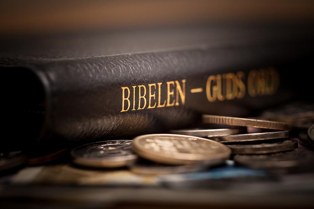 Bibel og norske penger. Foto egnet for kollekt eller andre temaer vedrørende kristendom og økonomi.