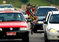 Com imprudência e muita ousadia o cilcista Paulo Alves, mais conhecido como Lagartixa, conduz sua bike no trânsito da Av. Wenceslau Escobar, zona sul da capital, em plena hora do rush; Foto: Jefferson Bernardes/Preview.com