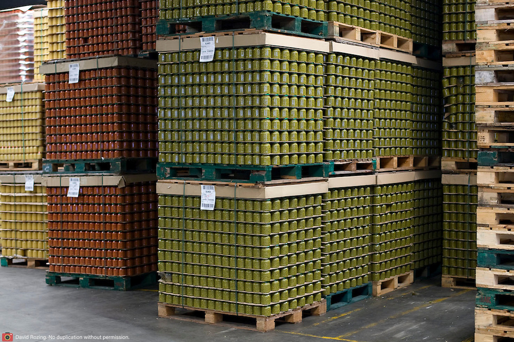 Nederland Giessen 26 augustus 2009 20090826 ..Serie over levensmiddelensector                                                                                      .HAK fabriek, verwerking groente. Magazijn met pallets kleurrijke groente in potten. .Storing vegetables in jars. ..Foto: David Rozing