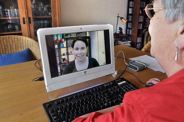Nederland, Nijmegen, 25-4-2011Langer zelfstandig thuis leven via contact op afstand mbv een videoverbinding. Een client van de thuiszorgorganisatie heeft contact met een hulpverlener via het PAL 4 systeem, personal assistant for life. Via internet kan men verbinding maken met de zorgcentrale. Foto: Flip Franssen