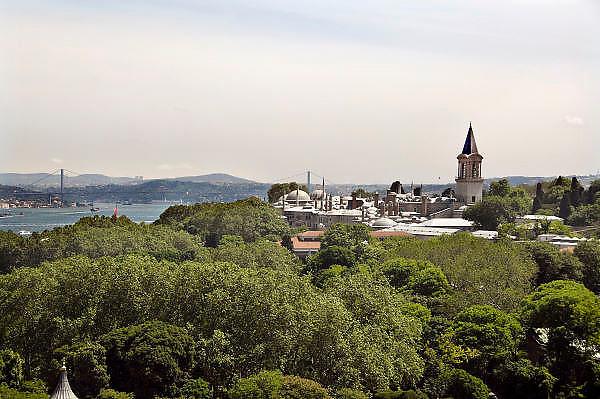 Turkije, Istanbul, 4-6-2011Uitzicht op de stad aan de Bosporus. Het Topkapi paleis met op de achtergrond de Bogazici brug.Foto: Flip Franssen