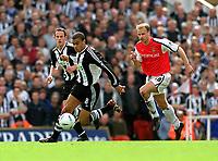 Fotball. FA-cup 2001/2002.<br /> Arsenal v Newcastle 23.03.2002.<br /> Kieron Dyer, Newcastle og Dennis Bergkamp, Arsenal.<br /> Foto: David Price, Digitalsport