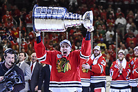 BILDET INNGÅR IKKE I FASTAVTALER<br /> <br /> Ishockey<br /> NHL<br /> Foto: imago/Digitalsport<br /> NORWAY ONLY<br /> <br /> 15 June 2015: Chicago Blackhawks Right Wing Teuvo Teravainen (86) 9532 celebrates with fans and teammates by hoisting the Stanley Cup over his head in action during game Six of the Stanley Cup Finals between the Tampa Bay Lightning and the Chicago Blackhawks at the United Center, in Chicago, IL. NHL Eishockey Herren USA JUN 15 Stanley Cup Final - Game 6 - Lightning at Blackhawks