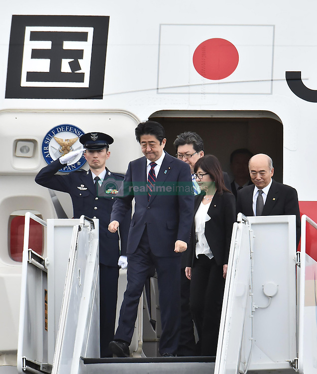 Der japanische Ministerpräsident Shinzo Abe gedenkt der Opfer des Angriffs auf Pearl-Habour von 1941 / 271216 *** Japanese Prime Minister Shinzo Abe (2nd from L) arrives in Honolulu on Dec. 26, 2016, for a symbolic visit to Pearl Harbor -- the site of the surprise Japanese attack in 1941 that drew the United States into World War II -- and a final summit with outgoing U.S. President Barack_Obama.