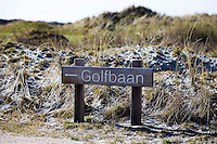 TEXEL - De Cocksdorp - Aanwijzing , bord, wegwijzer; Golfbaan De Texelse. COPYRIGHT KOEN SUYK