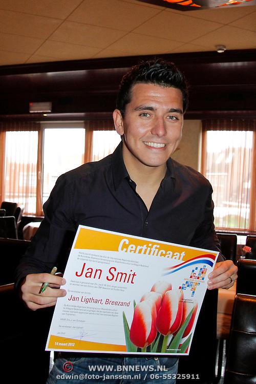 NLD/Volendam/20120314 - Jan Smit doopt naar hem vernoemde tulp, Jan Smit signeert het certificaat van de naar hem vernoemde tulp
