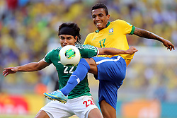 Luiz Gustavo domina bola na partida entre Brasil e Mexico valida pela segunda rodada da Copa das Confederaçãoes 2013, no estadio Arena Castelao, em Fortaleza-CE. FOTO: Jefferson Bernardes/Preview.com