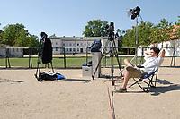 28 JUN 2003, NEUHARDENBERG/GERMANY:<br /> Ein Kameramann an einem Aufsagerplatz vor dem Schloss sitz in der Sonne, waehrend der Klausurtagung des Bundeskanbinetts, Schloss Neuhardenberg, Brandenburg<br /> IMAGE: 20030628-01-060<br /> KEYWORDS: Kabinettsklausur, Schloß Neuhardenberg, Pause, Arbeitspause, Ruhe