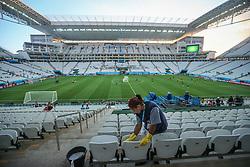 Trabalhadores fazem os últimos acabamentos na Arena Corinthians durante o treino da Seleção Brasileira, em São Paulo, SP. A seleção enfrenta a Croácia na abertura da Copa do Mundo 2014. FOTO: Jefferson Bernardes/ Agência Preview