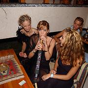 Miss Nederland 2003 reis Turkije, Marlinde Verhoeff aan de waterpijp