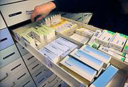 Nederland, Nijmegen, 25-11-2017Geneesmiddelen, medicijnen in een apotheek. Een lade met anti conceptiepillen.Foto: Flip Franssen