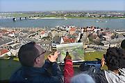 Nederland, Nijmegen, 22-4-2013Panorama van de stad aan de waal. Rivier in de richting van Lent en de geplande nevengeul in de rivier. De scherpe bocht bij Nijmegen wordt hierdoor minder gevaarlijk voor hoogwater. Waalsprong, stadsuitbreiding. een vrijwilliger van de stvenstoren legt mbv een tekening uit hoe de overkant er in de toekomst uit zal zien.Foto: Flip Franssen/Hollandse Hoogte