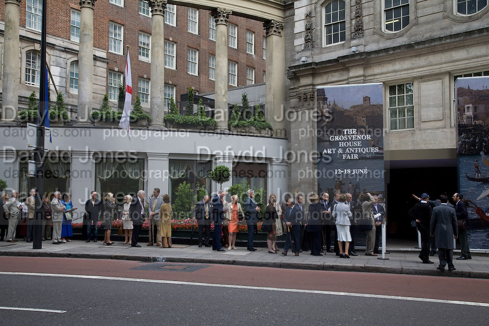 THE QUEUE ON PARK LANE BEFORE THE DOORS OPEN. The Opening of the Grosvenor House Antiques Fair. Grosvenor House. Park Lane. London. 11 June 2008.  *** Local Caption *** -DO NOT ARCHIVE-© Copyright Photograph by Dafydd Jones. 248 Clapham Rd. London SW9 0PZ. Tel 0207 820 0771. www.dafjones.com.