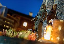 THEMENBILD - eine Marienstatue am Abend auf einem Grab mit brennenden Kerzen. Am 1. November, gedenken Katholiken aller Menschen, die in der Kirche als Heilige verehrt werden. Das Fest Allerseelen am darauf folgenden 2. November, ist dem Gedaechtnis aller Verstorbenen gewidmet, aufgenommen am 30.10.2016, Kaprun, Oesterreich // a statue of Mary in the evening on a grave with burning candles, on All Saints' Day 1st November, Catholics remember all people who are venerated as saints in the church. The festival Souls on the following second November is dedicated to the memory of all deceased, taken at the cemetery in Kaprun, Austria on 2016/10/30. EXPA Pictures © 2016, PhotoCredit: EXPA/ JFK