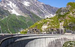 THEMENBILD - Hochgebirgsstauseen Kaprun. Sie dienen der Verbund AG zur Wasserspeicherung für die Stromerzeugung des Kraftwerks Kaprun und sind ein beliebtes Ausflugsziel fuer zahlreiche Touristen, die mittels Busse und einem Schraegaufzug auf ueber 2000 Meter befoerdert werden. Der Spatenstich erfolgte 1939, ausgefuehrt von Hermann Goering. Seit 1999 gehoert es zur Verbund Hydro Power AG, dem Tochterunternehmen für Wasserkrafterzeugung der Verbund AG, im Bild Touristen auf der Staumauer Drossensperre dahinter der Aussichtspunkt Hoehenburg. Bild aufgenommen am 27.07.2012. EXPA Pictures © 2012, PhotoCredit: EXPA/ Juergen Feichter