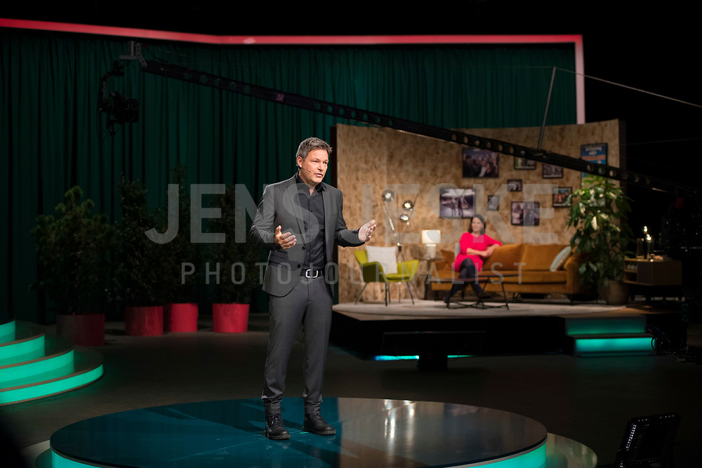 DEU, Deutschland, Germany, Berlin, 21.11.2020: Dr. Robert Habeck, Bundesvorsitzender von BÜNDNIS 90/DIE GRÜNEN, bei seiner Rede auf dem digitalen Bundesparteitag von BÜNDNIS 90/DIE GRÜNEN im Tempodrom.