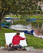 Węgorzewo, 2009-08-12. Młoda dziewczyna malująca obraz.