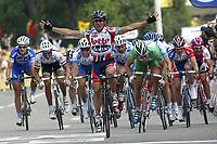 Sykkel<br /> Tour de France 2004<br /> 2. etappe<br /> 05.07.2004<br /> Foto: PhotoNews/Digitalsport<br /> NORWAY ONLY<br /> <br /> CHARLEROI - NAMUR<br /> <br /> Robbie McEwen vinner etappen foran Thor Hushovd (grønn drakt)